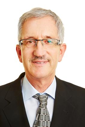 Bewerbungsfoto von einem Senior mit Brille im Anzug